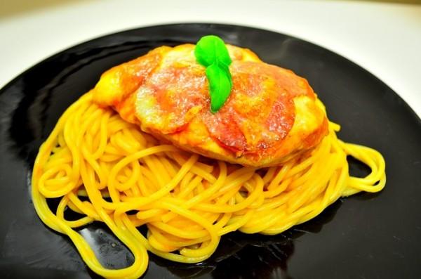 Kyckling med mozzarella och pepperoni i tomatsås