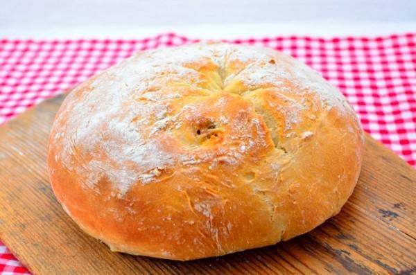 Fyllt bröd med mozzarella och lufttorkad skinka