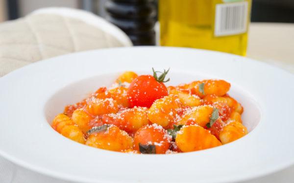 Gnocchi med tomatsås och basilika