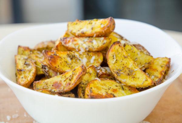 Klyftpotatis med örter och parmesan