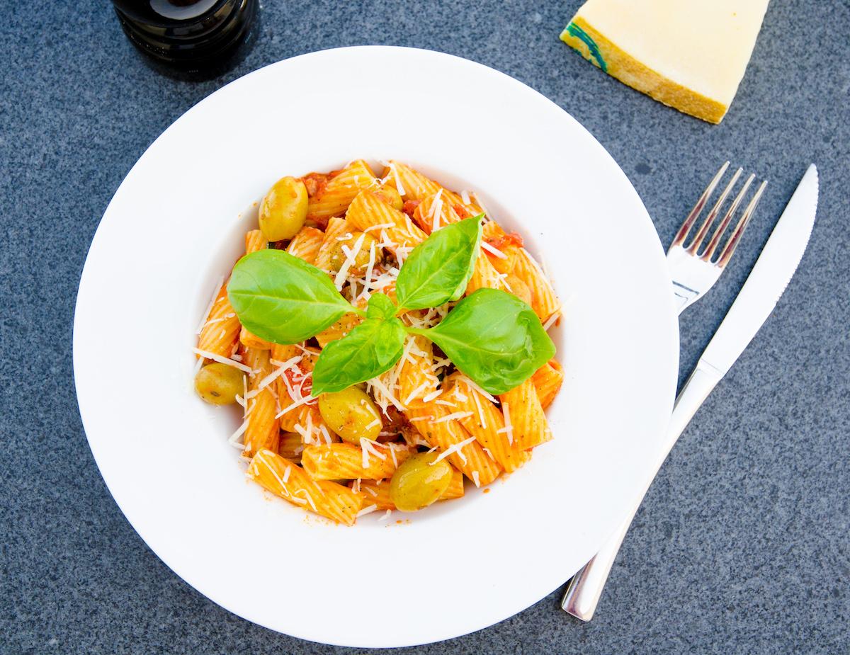 Vegetarisk pasta med oliver och zucchini i tomatsås