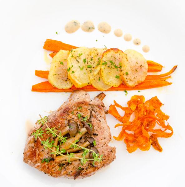Oxfilé med svampsås, friterade morötter, potatischips