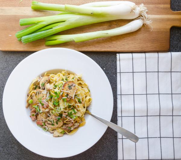 Tagliatelle med svamp, vårlök och bacon