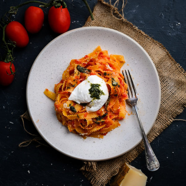 Pasta med tomatsås och burrata