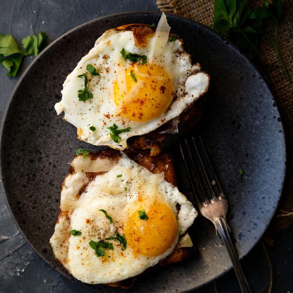 Surdegstoast med ägg och parmesan