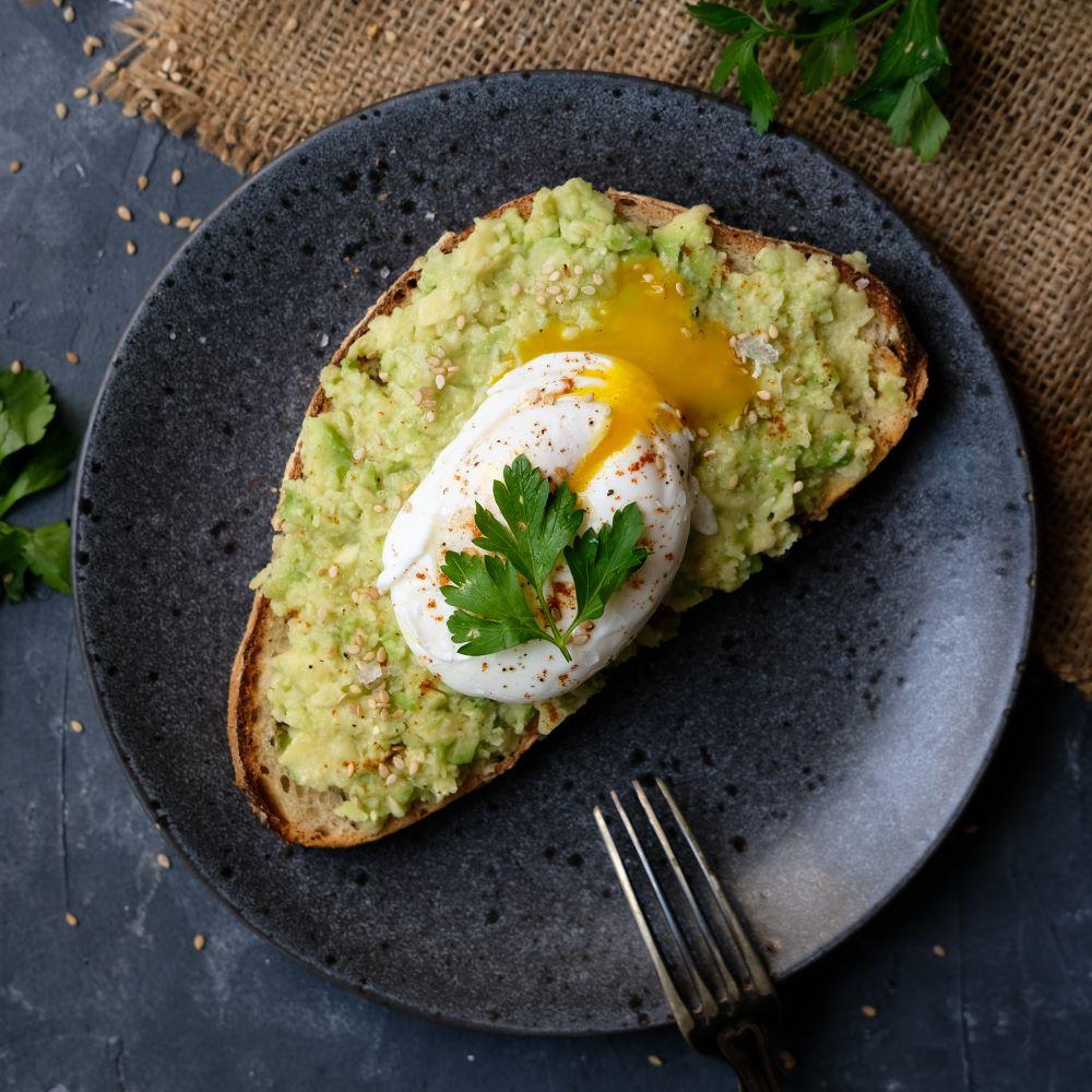 Avokadotoast med pocherat ägg