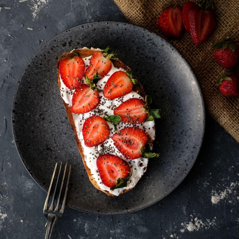 Surdegstoast med grekisk yoghurt och jordgubbar