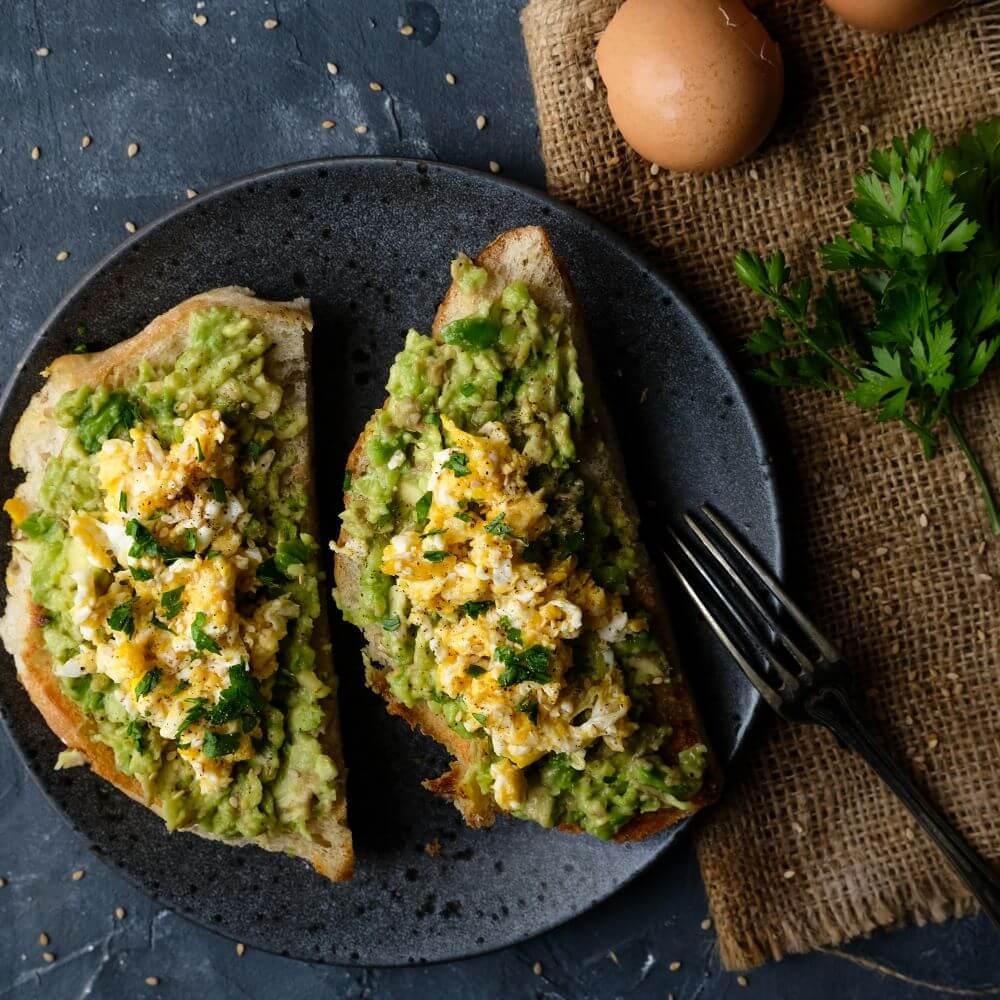 Avokadotoast med äggröra