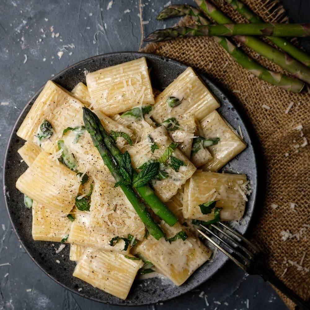 Krämig pasta med sparris och mynta