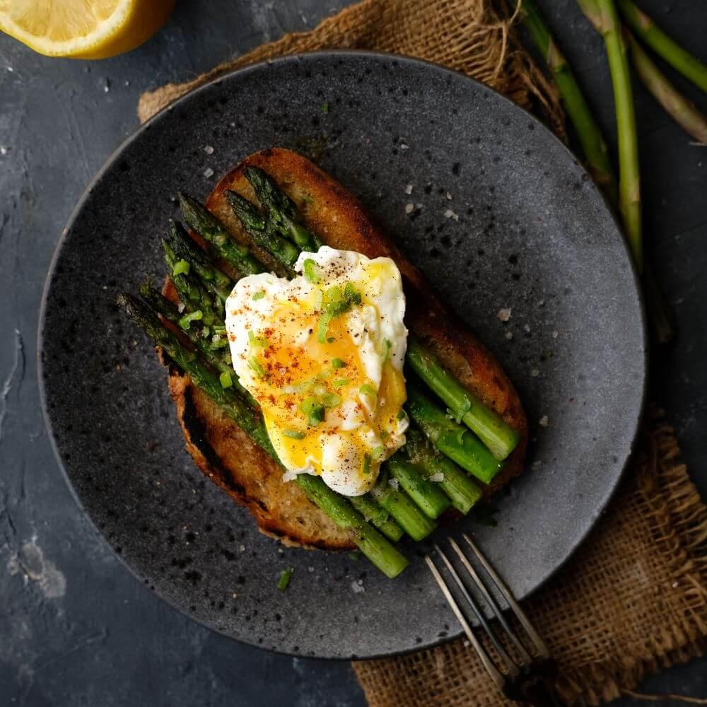 Surdegstoast med sparris och pocherat ägg